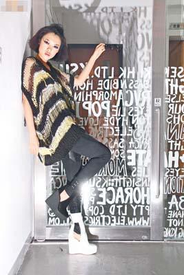 黄×黑色针织阔身上衣$2,000、黑色束脚皮革Leggings $2,700