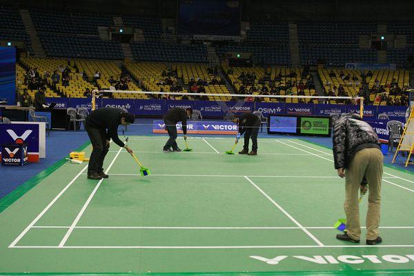 韩国羽球赛 比赛结束后要仔细清扫场地