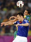 图文:亚洲杯澳大利亚获亚军 澳洲球员争顶头球