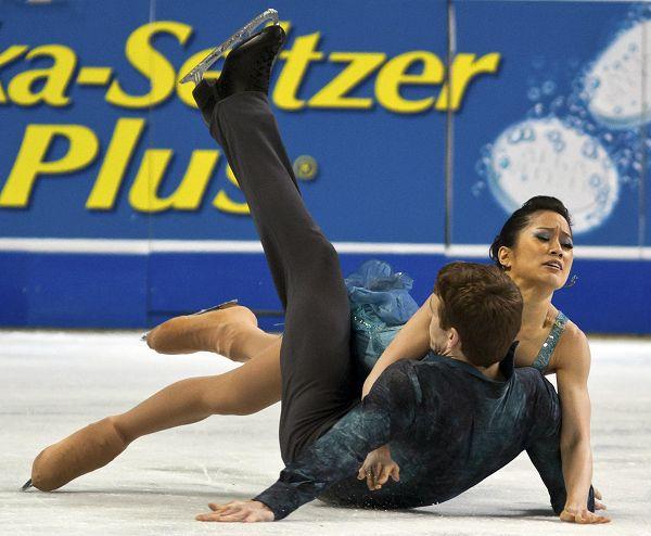 选手跌坐冰面