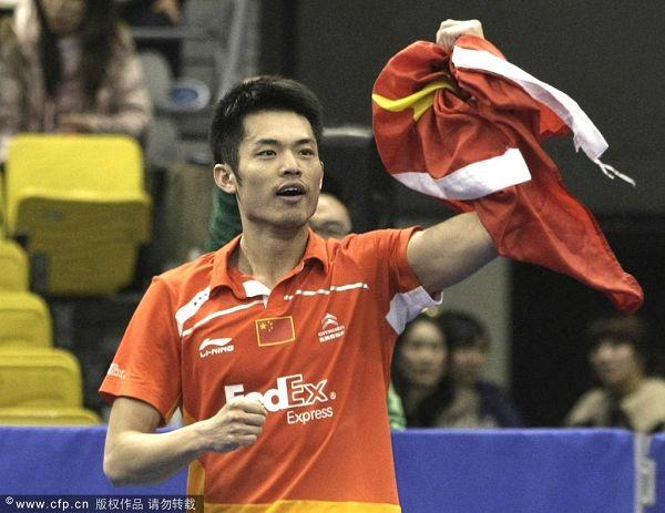 图文:韩国羽毛球超级赛决赛 林丹手握国旗
