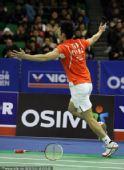 图文:韩国羽毛球超级赛决赛 林丹扔拍庆祝