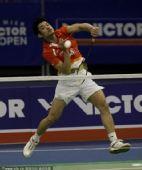 图文:韩国羽毛球超级赛决赛 林丹跃起扣杀