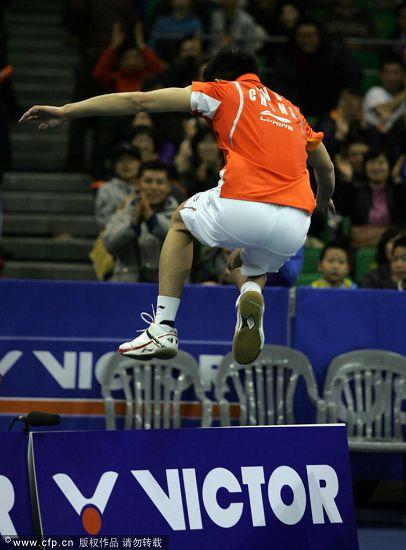 图文:韩国羽毛球超级赛决赛 林丹跑向教练