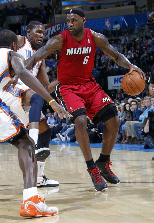 ,在今天进行的NBA常规赛上,热火队的韦德与波什双方复出,三图片