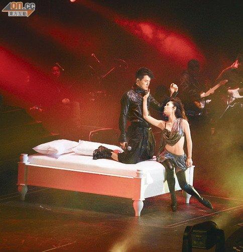 林峰和徐子珊在床上缠绵,令全场观众起哄