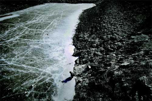 北京连续近百天无降水,在房山区南窖乡北安村、大安山乡西苑村等,村民出现饮水困难。2010年11月至今乡政府采取定时供水保障村民生活。图为北安村水库里的水已很少,结了薄薄的冰 摄/记者柴程