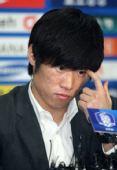 图文:朴智星正式宣布退出国家队 低头沉思