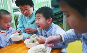 儿童医院营养厨房的大厨们准备好了饺子。本报记者 吴江 摄