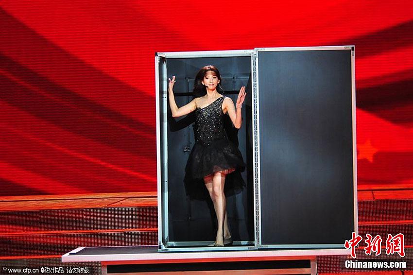 2月2日,2011年央视兔年春节联欢晚会在北京举行.林志玲魔术大变活人.图片