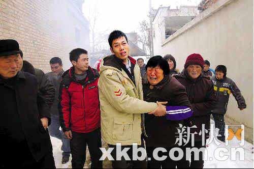 ■去年除夕当天,黄东涛回到家乡,村民放鞭炮欢迎,母亲看到儿子悲喜交加。王剑平/摄(资料图)