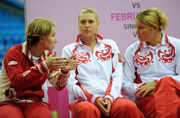 图文:莎拉波娃亮相联合会杯 队友与莎娃交流