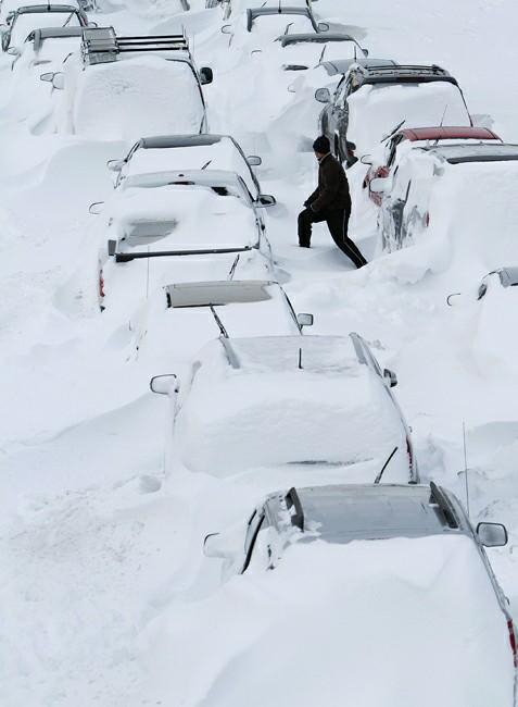 暴风雪席卷半个美国;;; 2月2日,在美国伊利诺伊州芝加哥,行人从被大雪