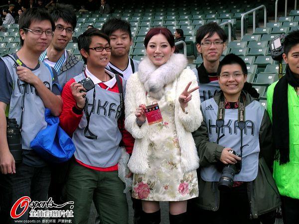 李玮峰老婆_值得一提的是,李玮峰的母亲,妻子和女儿也来到现场为他助威.
