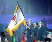 图文:第七届亚冬会闭幕 札幌市代表挥舞会旗