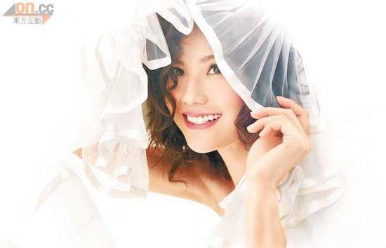 阿Sa以裙摆当头纱,似待嫁新娘