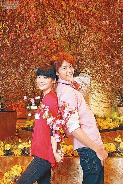 陈伟霆与阿Sa去年在桃花下合照后,年底便拍拖