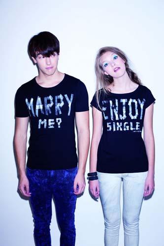 (左)「Marry Me?」男�b情人Tee: $249(右)「Enjoy Single」女�b情人Tee: $169
