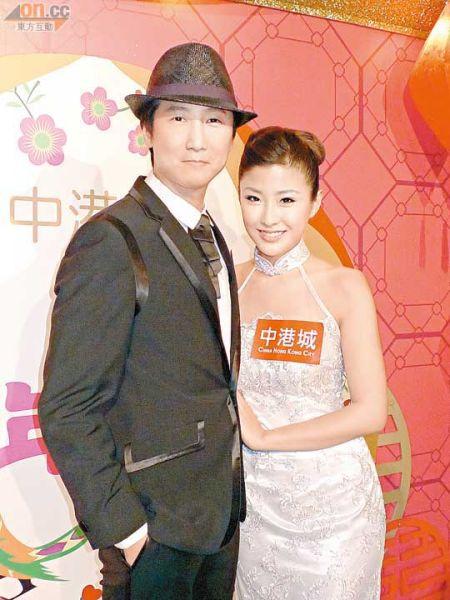 洪天明与周家蔚穿上结婚礼服及婚纱示人,果然十分相衬