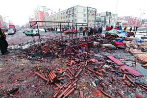 2月7日,长春市东环城路与岭东路交会处的两处鞭炮摊起火被烧毁 本报记者 郭诺 摄
