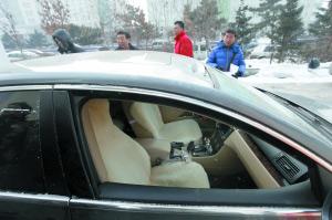 车顶被炸了个坑 本报记者 张英男 摄