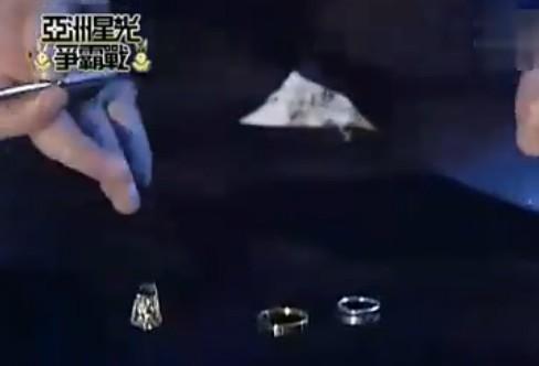 刘谦将3枚戒指神奇的串在了一起