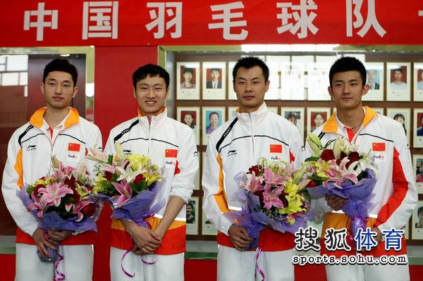 四位男将手捧鲜花