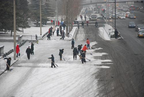 市民自发到街上扫雪.孙楠摄 -北京迎来春节后首场降雪图片