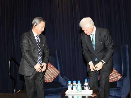 2011年2月9日,克林顿总统与严介和先生就中国经济形势、企业发展精彩对话
