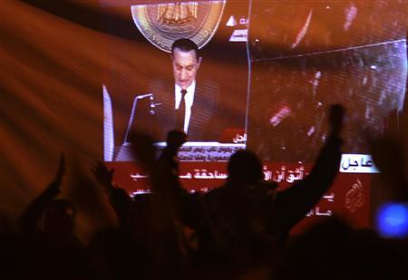 当地时间2011年2月11日,埃及全境超过一百万人上街游行。埃及总统穆巴拉克及其家人已离开首都开罗。埃及副总统苏莱曼11日通过国家电视台宣布,穆巴拉克已经辞去总统职务,并将权力移交给军方。图片来源:路透社