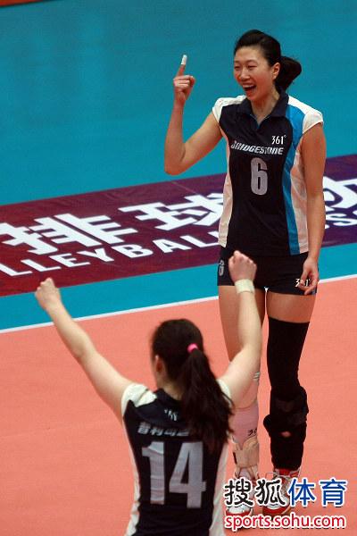 图文:天津女排3-0上海 李珊一指飞扬