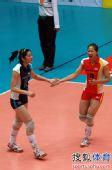 图文:天津女排3-0上海 王茜李莹击掌