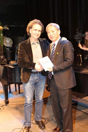 严介和先生接受彼得巴菲特自己撰写的《做你自己》一书。