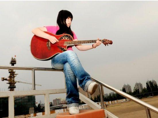 人物素描:西单女孩真名任月丽,是一位在西单地下通道卖唱的女孩.