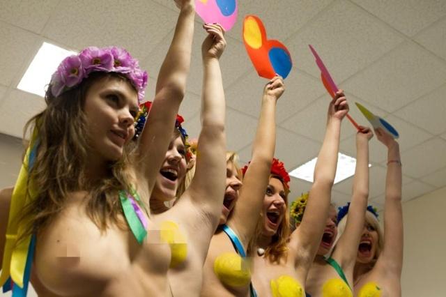 乌克兰美女人体彩绘庆情人节[组图]