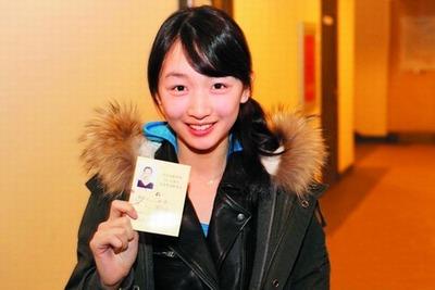 周冬雨兴奋地展示她的准考证