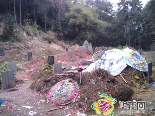 这座明显是刚刚埋入的坟墓,坟头还覆盖着花圈.徐兴渝摄图片