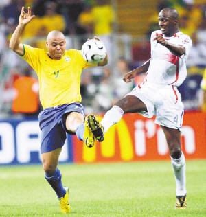 图为2006年德国世界杯足球赛四分之一决赛巴西队与法国队的比赛中,图片