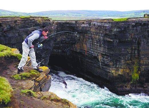 英国垂钓哥顶大风113公里悬崖时速垂钓搞笑得表情包(图)-搜图片