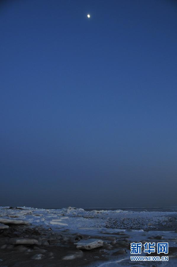月亮升起,冬天的海是沉静的