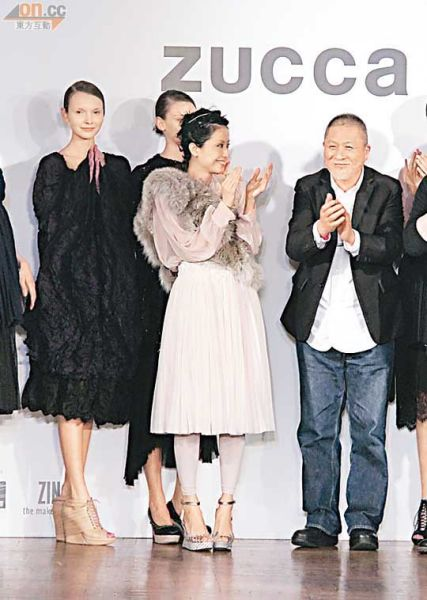 徐濠萦出席时装品牌活动,为将退休的设计师小野冢秋良(右)鼓掌