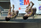 图文:马德里站女子双人10米跳台 两人步调一致