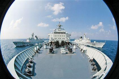 """""""千岛湖""""舰在亚丁湾上同时为""""舟山""""舰和""""徐州""""舰进行液货补给."""