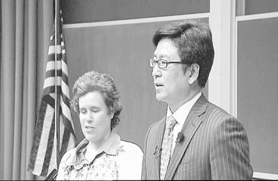 白岩松在耶鲁大学演讲时,与翻译在一起。(图片来源:光明日报)