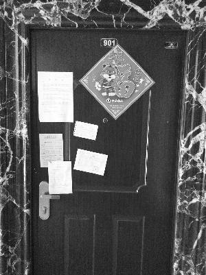 曾经的施家,门口贴着律师函和催款单