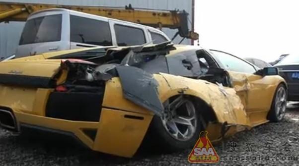 惨!看国内兰博基尼撞卡车后(组图)