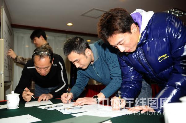 图文:乒超运动员流动会议 李平正在签字
