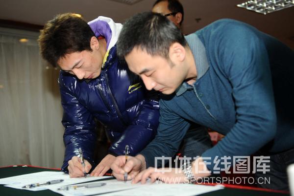图文:乒超运动员流动会议 李平郑重签字