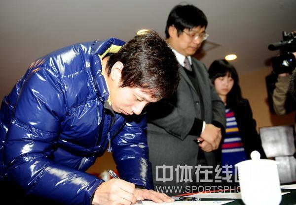 图文:乒超运动员流动会议 雷振华低头签字