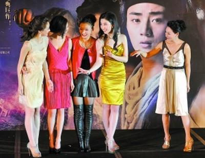 """林鹏、巩新亮、王丹怡栗、刘亦菲(从左到右)众妖女,接受妖婆""""姥姥""""惠英红的介绍"""